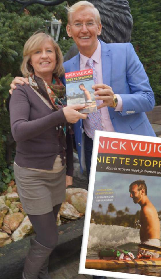 Jan_ontvangt_boek_Vujicic